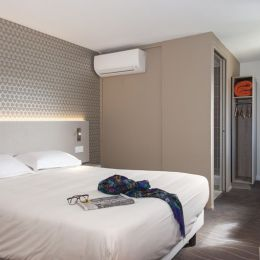 double room with a double bed at the Avignon hotel